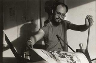 René Tosari, bezig met een grafiek proces